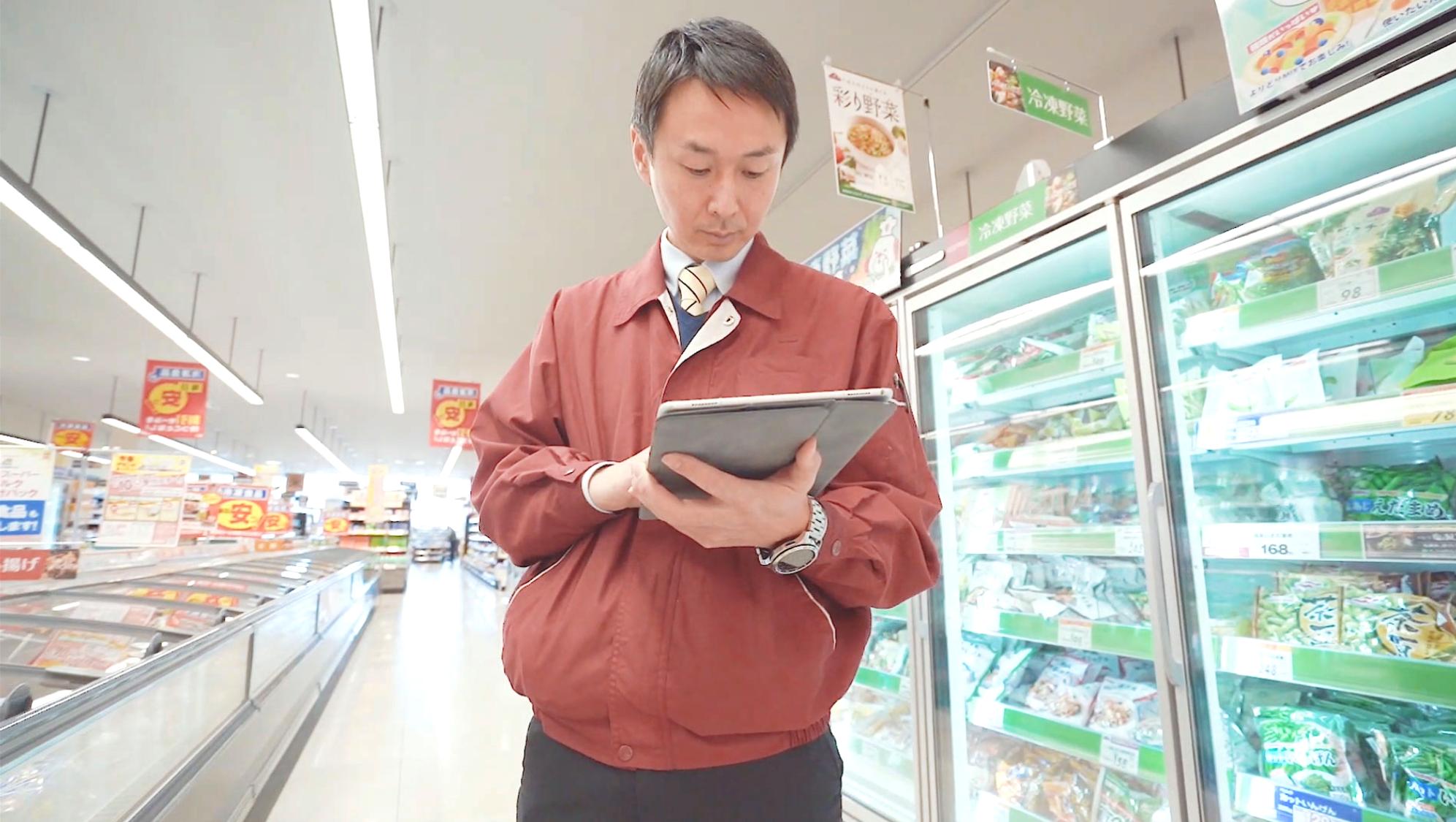 iPadを使って店舗からチャットボットを利用する荒井氏